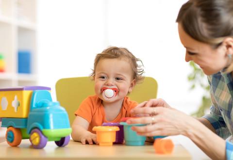 Nourrice en train de garder un enfant