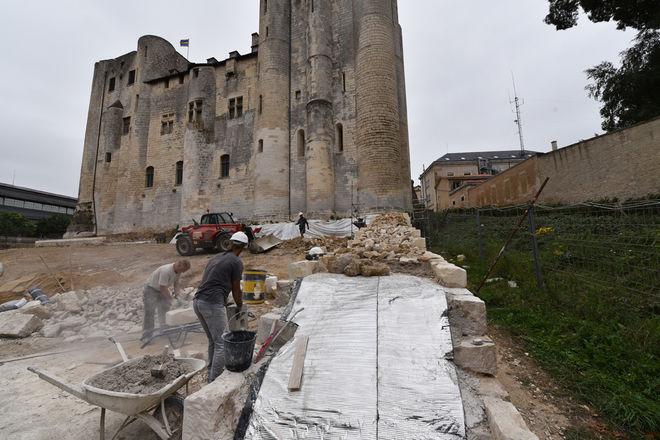 L'entreprise de maçonnerie traditionnelle Somebat intervient sur le site jusqu'à début août ©Bruno Derbord