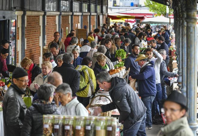 Les commerçants des halles du début à la fin du marché sont présents les jeudis, samedis, dimanches et jours fériés pour le plaisir des Niortais et gourmands en tous genres.
