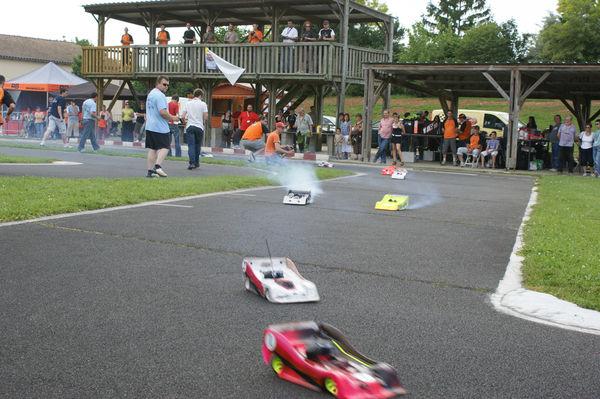Mini racing de Cholette lors d'une course de voitures radiocommandées