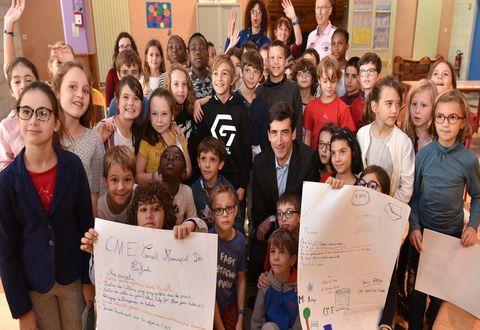 Jérôme Baloge parmi les enfants lors des élections des conseillers municipaux des enfants à l'école élémentaire Jules-Michelet
