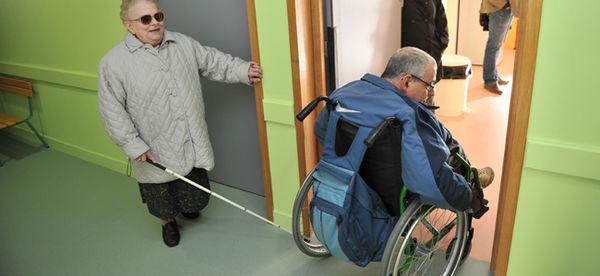 Commission communale pour l'accessibilité, visite de l'école Jean-Zay, 2012. Crédit : Bruno Derbord