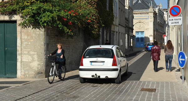 Rouler à vélo en ville. crédit : Bruno Derbord