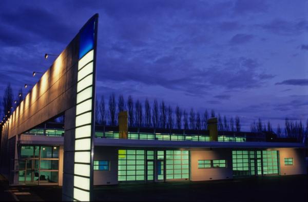 La pépinière d'entreprises L'Arche Bleue à Niort, vue de nuit