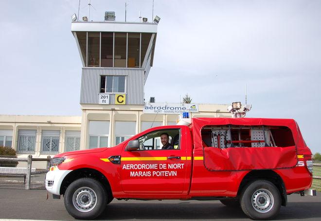 Dimitri Vrignault, pompier-aérodrome, et son véhicule incendie poudre (VIP 2.5) veillent à la sécurité de l'aérodrome.