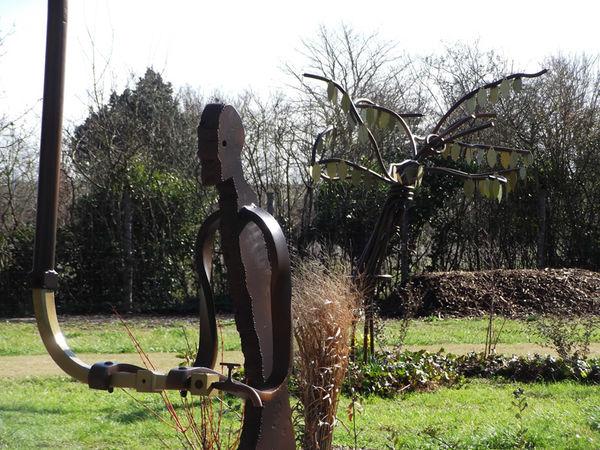 """Le """"Gardien"""" du cimetière naturel conçu et réalisé par les agents de la Ville. Crédit : Bureau d'études paysage urbain, Ville de Niort."""