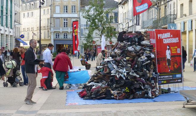 Pyramide de chaussures contre la barbarie des mines anti-personnelles