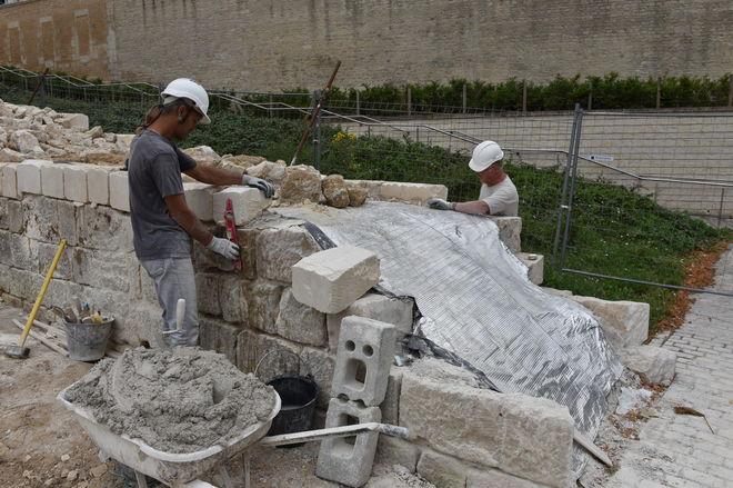 La courtine est formée de deux rangées de pierres. L'espace entre les deux est comblé par un mélange de gravats, de sable et de chaux ©Bruno Derbord