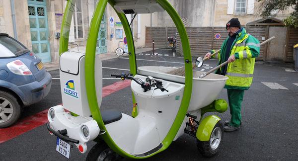 Agent du service propreté urbaine. Crédit : Bruno Derbord