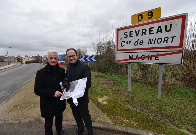 Point presse de présentation des travaux dans le bourg de Sevreau à Niort et dans la traversée de Magné, en présence de Dominique Six, adjoint au maire de Niort, en charge de la voirie, et de Gérard Laborderie, maire de Magné