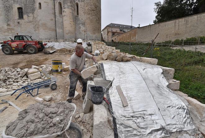 Les vestiges de la courtine sud ont été protégés avant d'être réhaussés ©Bruno Derbord