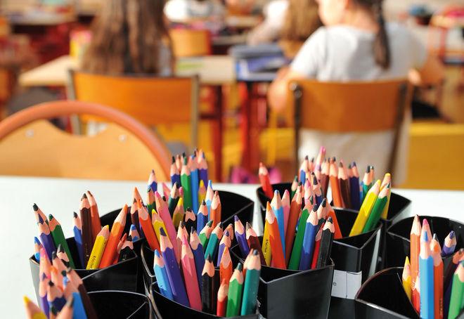Photo de pots de crayon avec élèves en fond © Bruno Derbord Ville de Niort