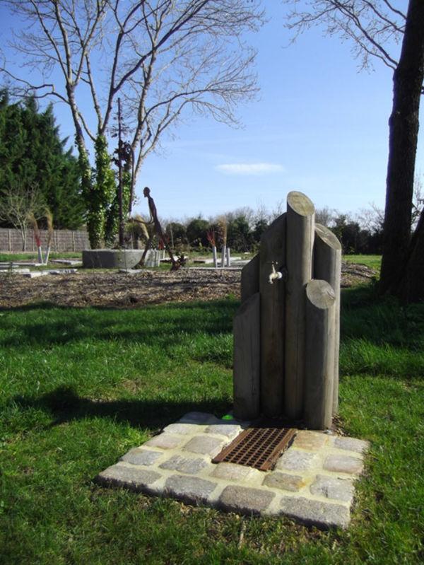 Fontaine en matériaux naturels. Crédit : Bureau d'études paysage urbain, Ville de Niort.