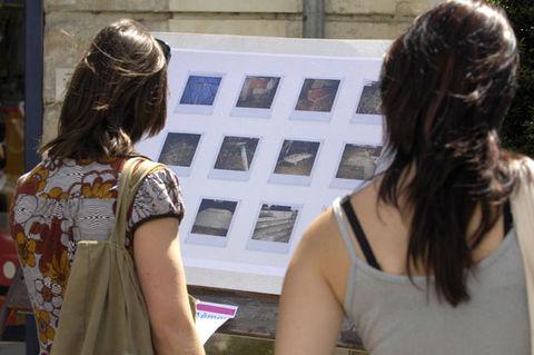 Samedis piétons. Le 5 juillet avec l'association Pour l'instant (installation de photographies). © Darri