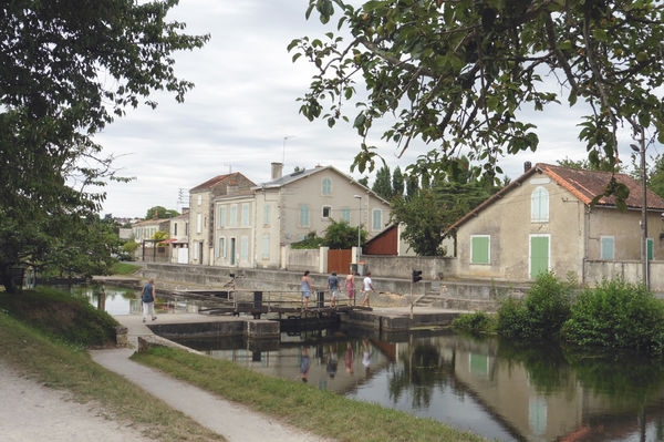 L'écluse de Comporté et l'ancienne maison éclusière, depuis le quai de Belle-Ile ©Sylvie Méaille