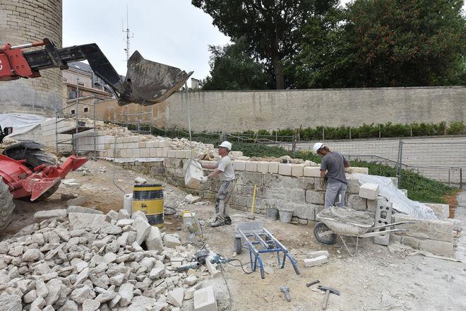 La pierre provient des carrières de Lavoux dans la Vienne. Elle est extraite par blocs, qui sont ensuite débités en tranches ©Bruno Derbord