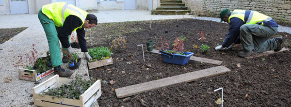 Plantation de vivaces dans le jardin de la Villa Pérochon. Photo Bruno Derbord