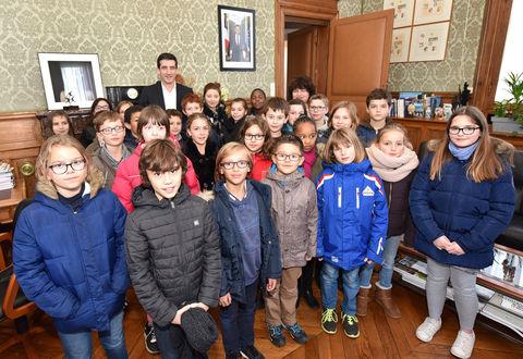 Le maire au conseil municipal enfants