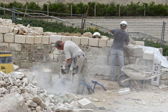 Chaque pierre est sciée puis travaillée pour obtenir un aspect vieilli. ©Bruno Derbord