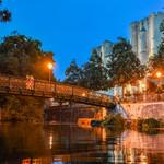 Visite nocturne en canoe au fil de la Sevre Niortaise organisee par l?Office de tpourisme de Niort et anime par Stephanie Teziere de l?entreprise Atemporelle specialisee dans la mise en valeur du patrimoine