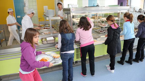 Photo d'enfants dans un restaurant scolaire